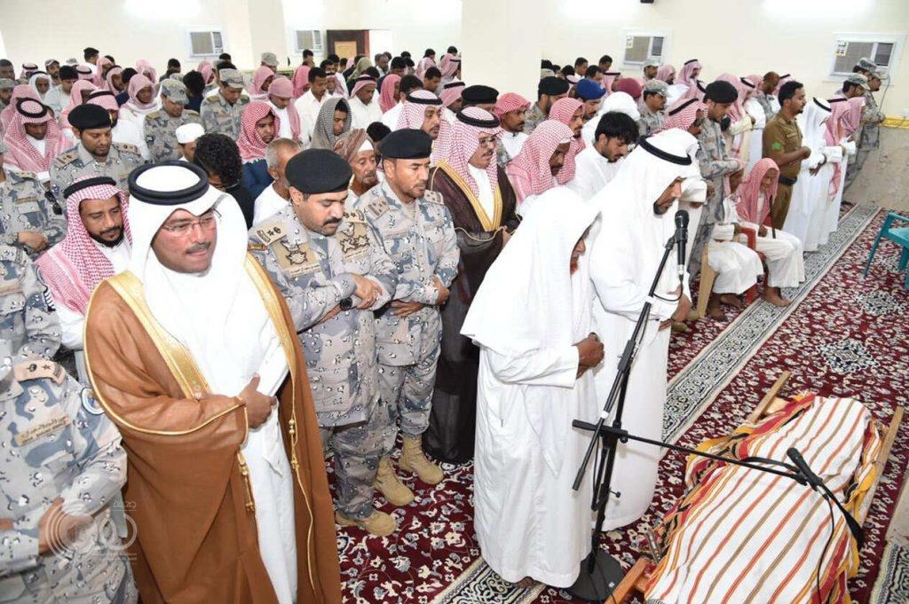 """محافظ صبيا يؤدي صلاة الميت على الجندي """"جعفري"""""""
