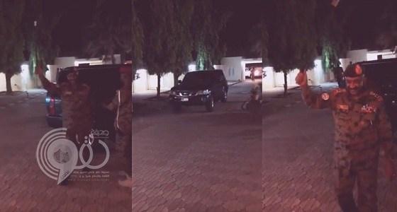 شاهد بالفيديو.. لحظة وصول الرئيس السوداني الجديد منزله واستقبال أسرته بالزغاريد