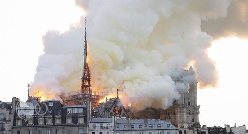 انهيار البرج التاريخي لكاتدرائية نوتردام وماكرون يتوجه إلى موقع الحريق.. فيديو