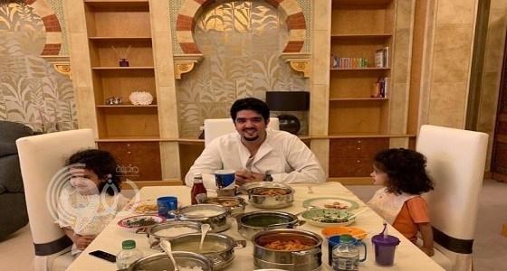 فيديو يوثق لحظات عفوية بين الأمير عبدالعزيز بن فهد وابنتيه