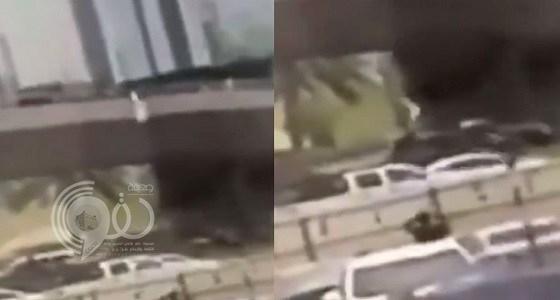 شاهد لحظة سقوط شاب من أعلى جسر بالرياض.. فيديو