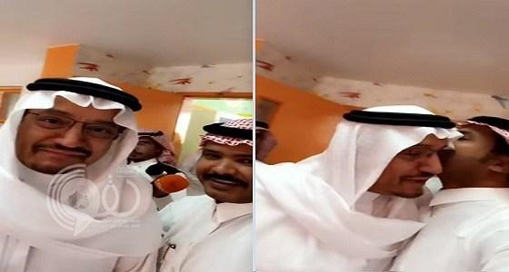 شاهد بالفيديو.. ردة فعل معلم تفاجأ بدخول وزير التعليم عليه بالفصل