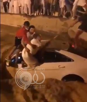 فيديو يوثق لحظة إنقاذ شاب كان على وشك الغرق في سيل جارف بالرياض