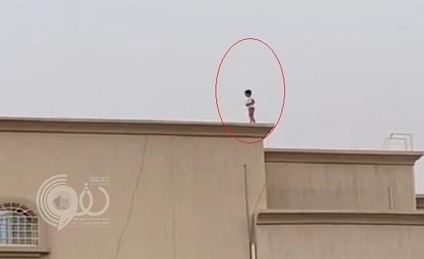 شاهد.. طفلان يسيران بطريقة خطرة على سطح منزل في عنيزة