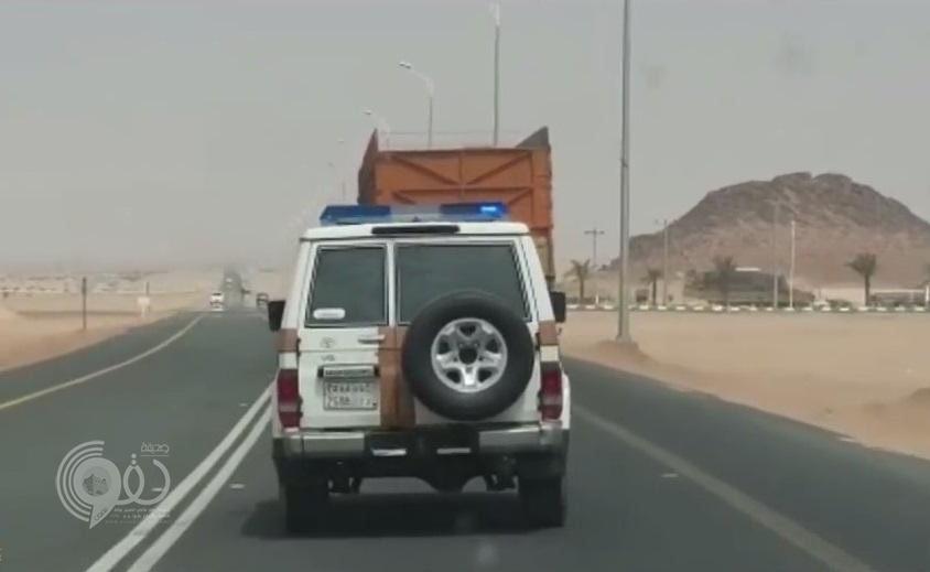 بالفيديو : مطاردة شاحنة بعد الاشتباه بها في بيشة .. و هذا ما عثر عليه بداخلها عند إيقافها !
