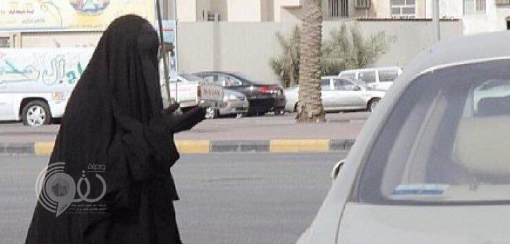 استقلت سيارة مشبوهة.. تصرفات غريبة لامرأة متسوّلة في تبوك تكشف عن مفاجأة!