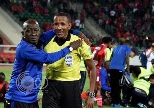 شاهد.. إصابة خطيرة للاعب إفريقي وحكم المباراة واللاعبين يدخلون في نوبة بكاء هستيري