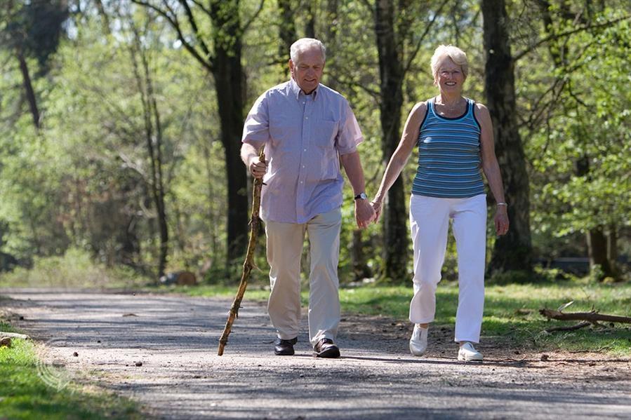 المشي 10 دقائق يوميا يحمي من إعاقة دائمة مستقبلا