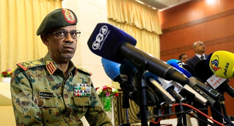 """الجيش السوداني يعلن: اقتلعنا نظام """"البشير"""" وتم اعتقاله وبات لدينا مجلس انتقالي.. فيديو"""