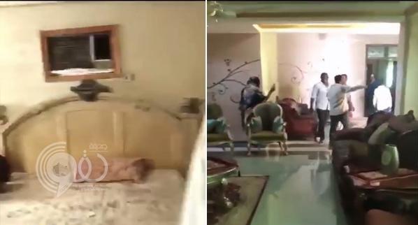 شاهد .. أول فيديو لحظة اقتحام المتظاهرين منزل الرئيس المعزول البشير