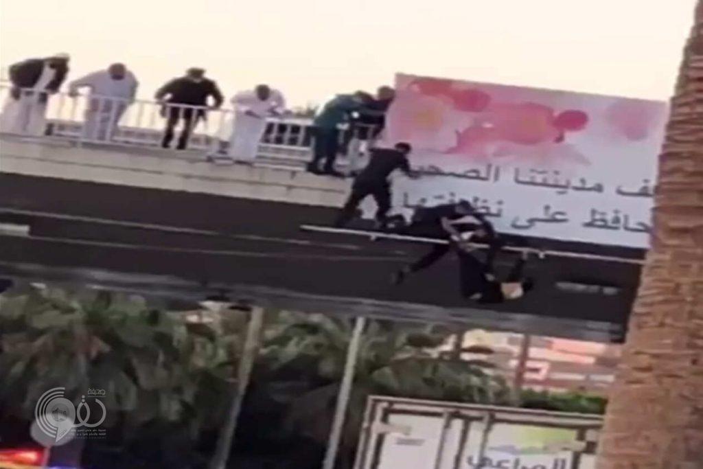 بالفيديو.. شاهد مواطن يحاول الانتحار من أعلى كوبري خالد بن الوليد بالطائف