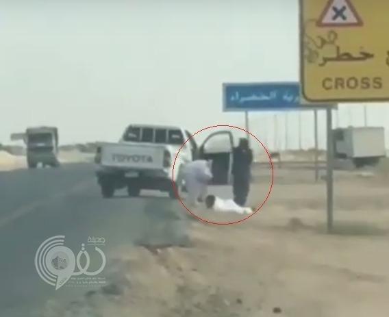 فيديو مروع .. الاعتداء على شخص بالطعن والضرب على خط الساحل بمكة