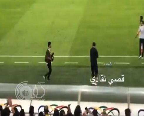 شاهد.. مشجع اتحادي يقتحم أرضية الملعب خلال مباراة مباراة الاتحاد والفتح ويقوم بهذا الأمر!