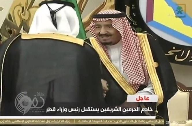 """شاهد.. """"خادم الحرمين"""" يستقبل رئيس وزراء قطر بقصر الصفا في مكة"""