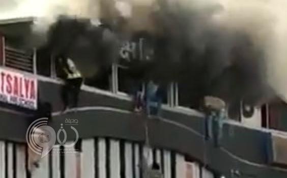 طلاب يلقون أنفسهم من الدور الثالث هربًا من حريق ضخم.. (فيديو)