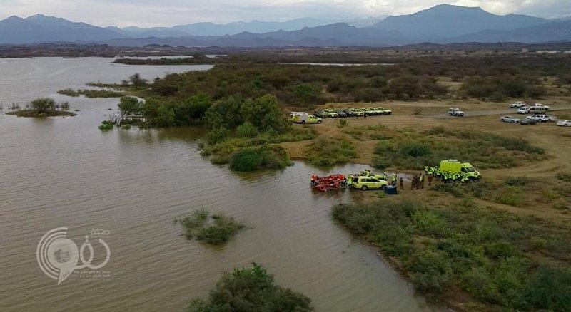 مئات المتطوعين يرافقون الدفاع المدني للبحث عن مفقود سيول العارضة.. صور