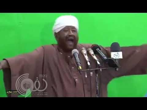 """بالفيديو.. """"واعظ سوداني"""" يبصق على المتظاهرين في السودان ويشتمهم"""