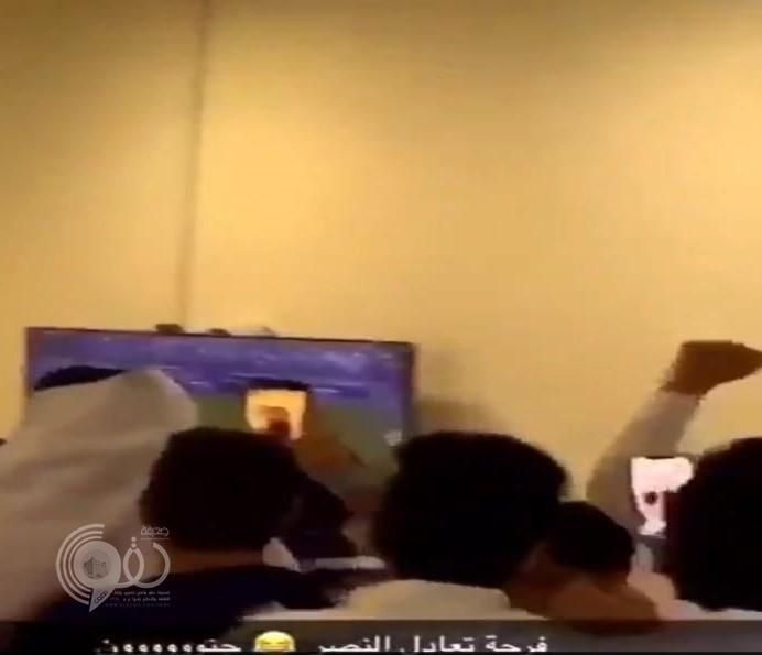 شاهد.. ردة فعل جماهير نادي الهلال بعد تسجيل الباطن هدف التعادل في النصر!