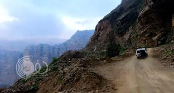 """بالفيديو.. رحلة مثيرة عبر تضاريس """" جبل القهر """" في محافظة الريث"""