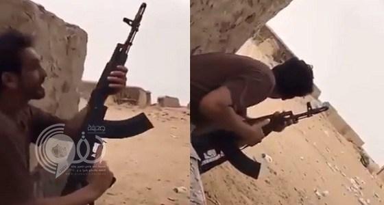 شاهد بالفيديو.. شجاعة أحد مقاتلين الحد الجنوبي خلال مقاومته عنصر حوثي