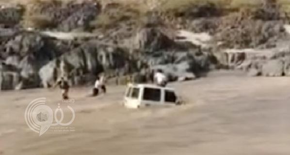 """شاهد بالفيديو: لحظة إنقاذ شابان لـ""""مواطن"""" من موت محقق في سيول """"محافظة الريث"""""""