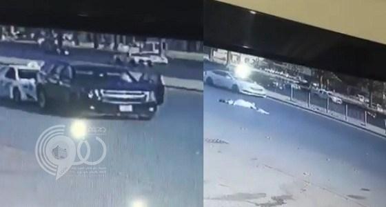 بالفيديو.. سرقة سيارة عبر الصدم المتعمد وخلع كتف صاحبها بالرياض