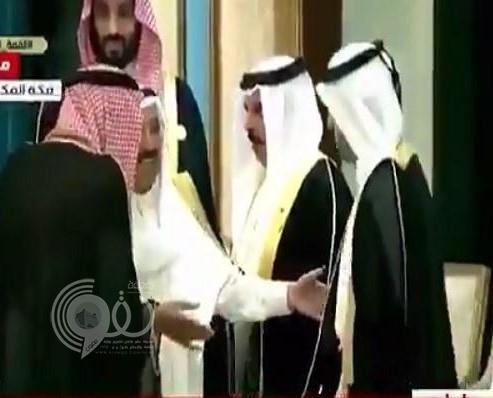 """مصافحة للمرة الثانية ..شاهد : أمير الكويت يطلب رئيس وزراء قطر للسلام على """"خادم الحرمين"""""""