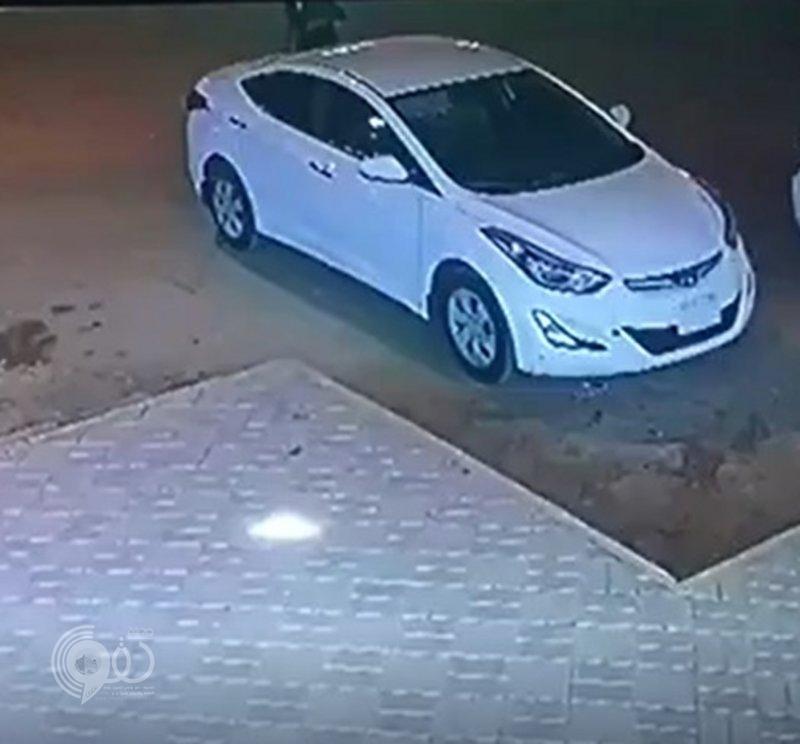 شاهد بالفيديو.. لص يسرق سيارة ويقوم بدهس مالكها عمداً