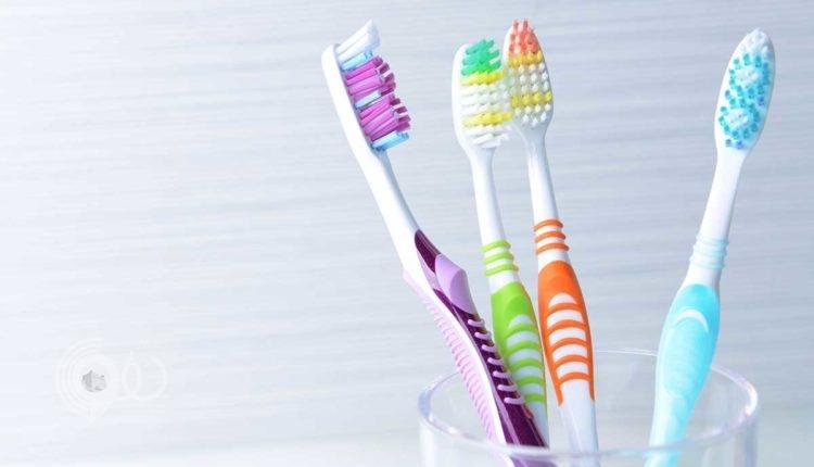 حقائق مخيفة عن فرشاة الأسنان.. وكيف تحمي نفسك