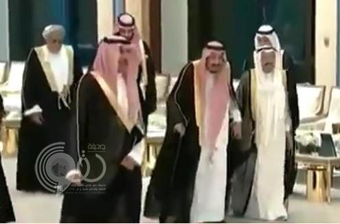 شاهد .. ردة فعل ولي العهد عندما لمح رئيس وزراء قطر بجانبه