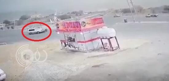 شاهد بالفيديو.. لحظة وقوع حـادث تصادم مروع بين سيارتين بجازان