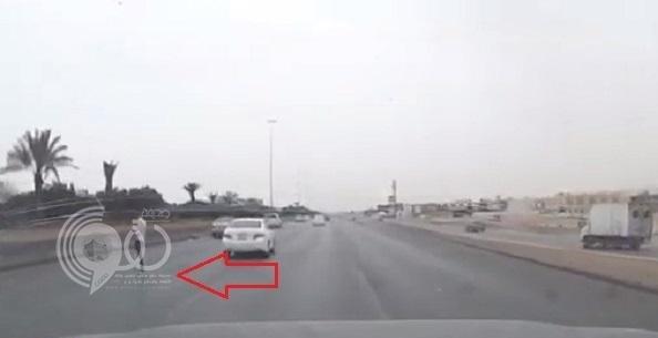 مفاجأة لسائق على طريق سريع بالرياض .. وكاميرا السيارة توثق الواقعة !