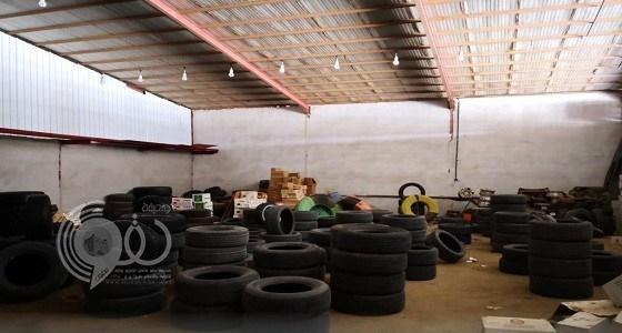 ضبط 3000 إطار سيارات مستعمل في أحد المستودعات بجازان