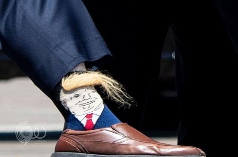 شاهد.. ردة فعل ترامب حينما رأى صورته على جوارب أحد المسؤولين!