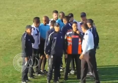"""شاهد.. ضـرب عنيف من لاعبي الصفاقسي التونسي لحكم إفريقي بعد خروجهم من """"الكونفيدرالية"""""""