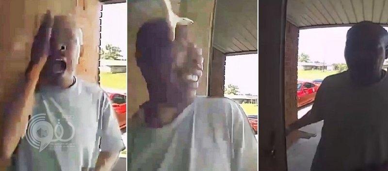 فيديو مرعب.. فتح باب المنزل فانقضت أفعى على وجهه وغرست أنيابها فيه