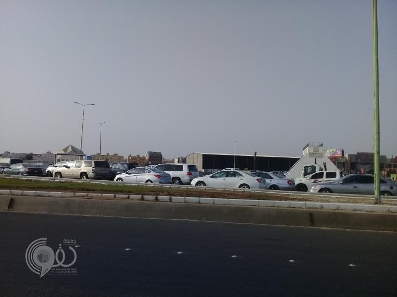 شاهد بالفيديو والصور.. تزاحم واختناق مروري في دوار الحناوي بجازان