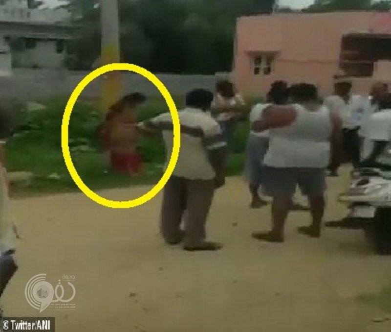 فيديو مأساوي.. لماذا قيد الهنود امرأة إلى عامود وضربوها بالأحذية؟