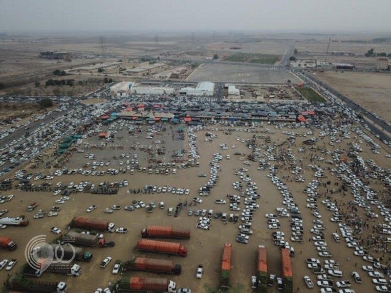 """سوق """"بيش"""" الشعبي يشهد زحام شديد على المنتجات قبيل العيد.. صور"""