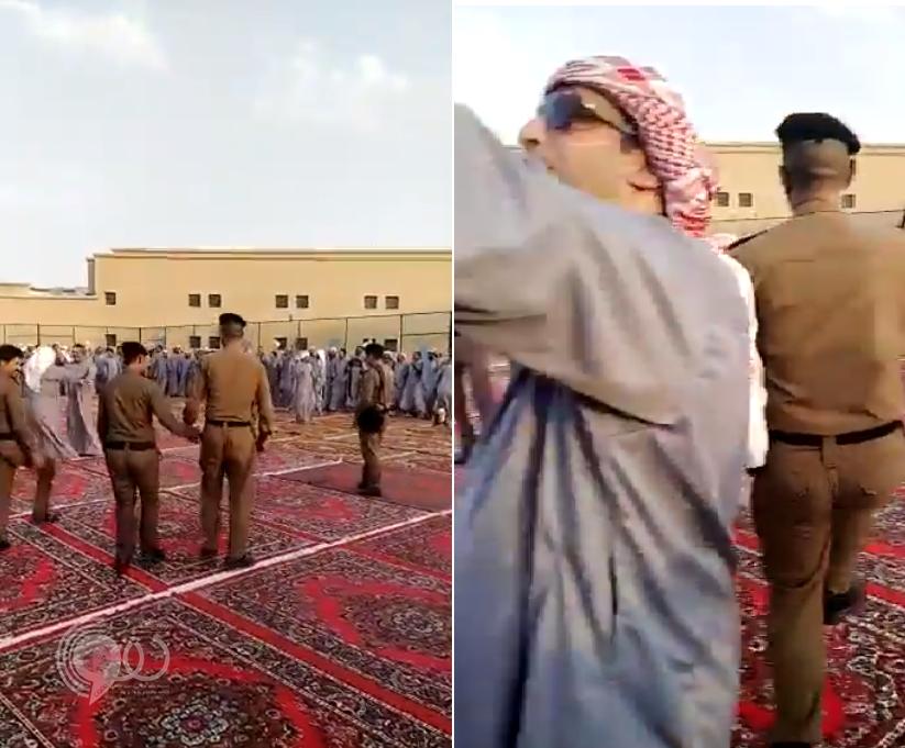شاهد رجال الأمن يحتفلون بالعيد مع نزلاء السجن بطريقة مثيرة وسط الأغنيات والرقصات