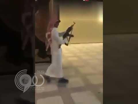 بالفيديو: مراهق يطلق النار أمام منزل في إحدى المناسبات ونجاة شابين من موت محقق