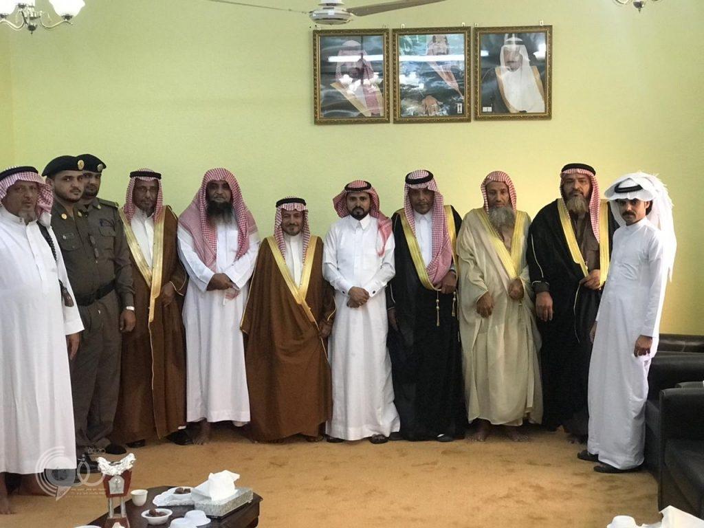 شاهد بالصور مشايخ وأعيان مركز مقزع يُعايدون رئيس المركز بمناسبة عيد الفطر المبارك