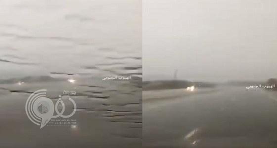 شاهد بالفيديو.. هطول أمطار غزيرة على الحميراء شمال العارضة