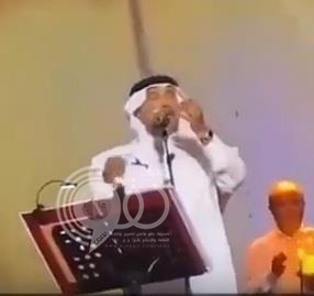 شاهد بالفيديو.. جرادة تضايق محمد عبده أثناء وصلة غنائية.. ومعلقون يشيدون بردة فعله