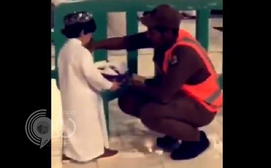 فيديو.. طفل يعايد رجال الأمن في المسجد الحرام بطريقة بريئة