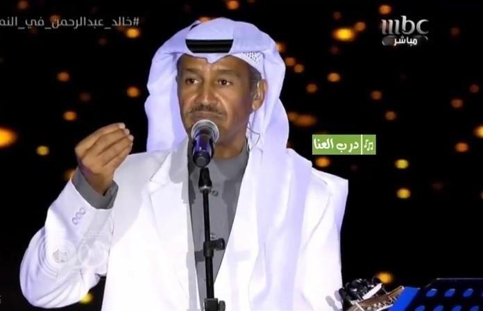 """شاهد بالفيديو .. خالد عبدالرحمن ينتقد مهندس الصوت في حفل """"النماص"""" أمام الجمهور"""