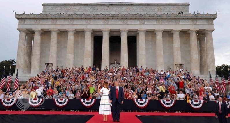 """تصرف جماعي """"غريب"""" من قادة الجيش الأميركي تجاه ترامب وزوجته خلال العرض العسكري!"""