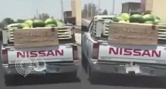 من لا يستطيع الشراء يأخذ ببلاش.. مواطن يرفع لافتة إنسانية (فيديو)