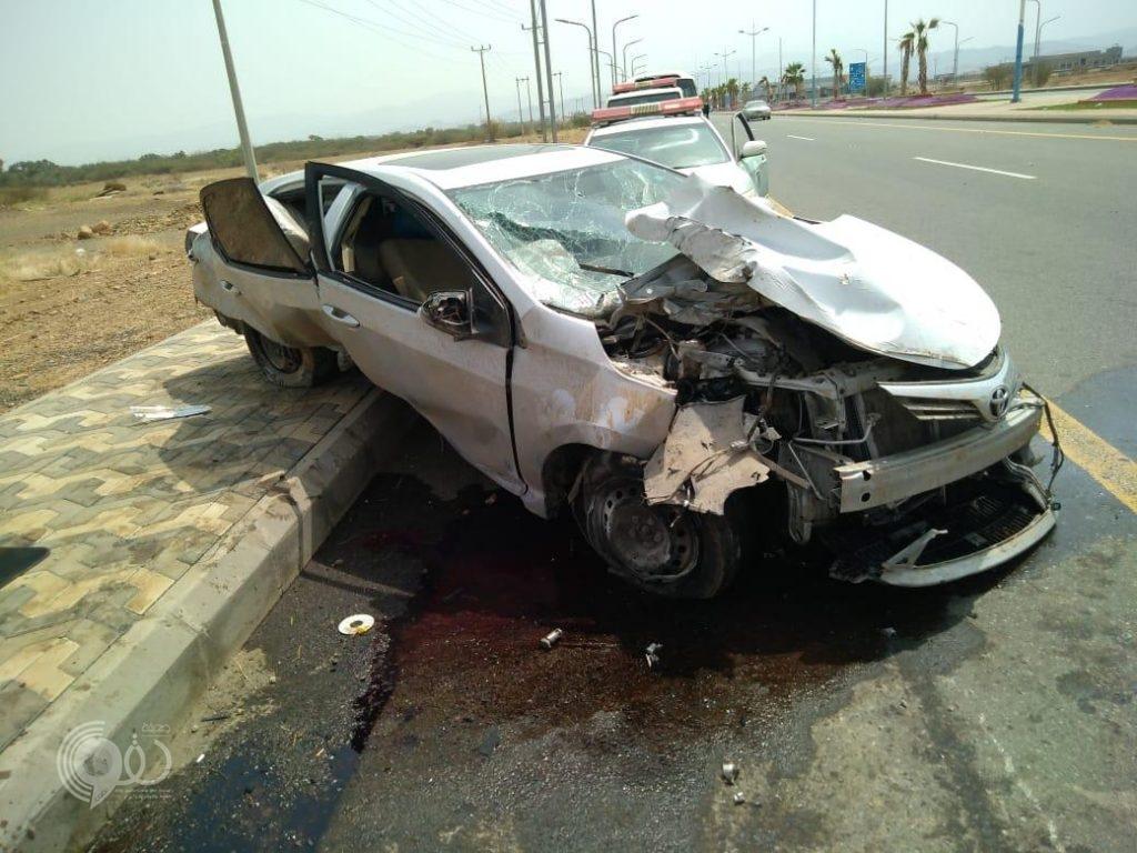 حادث مروري بمدخل مركز الحقو يصرع مواطن ويُصيب مرافقه – صور