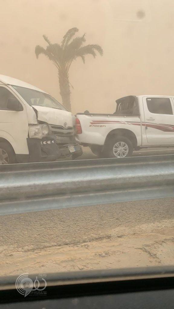 """عاجل .. بـ """"الفيديو"""" حادث جماعي لأكثر من 6 سيارات بسبب الغبار على الطريق الدولي """"بيش – صبيا"""""""
